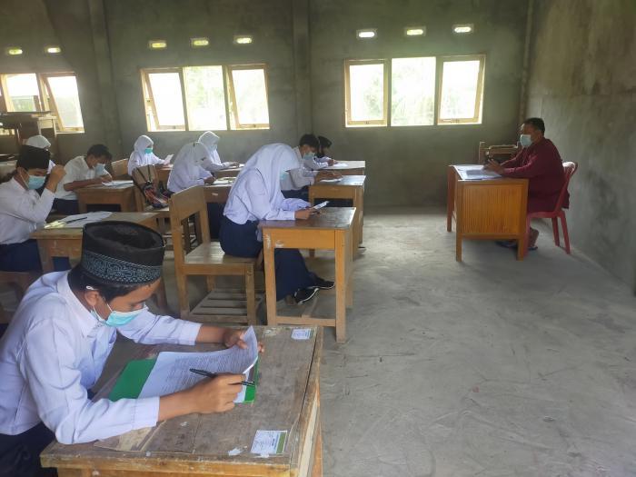 Ujian Madrasah MTsN 3 Tanjab Barat Hari Kedua Terlaksana Dengan Baik